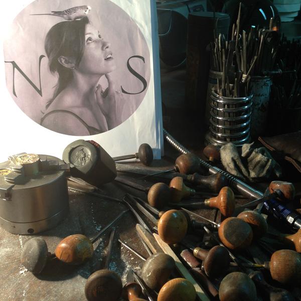 Sceau pour Nelly Saunier, plumassière, Maître d'Art.