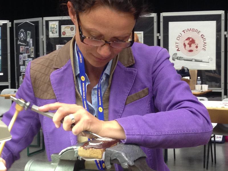 Christine Lelièvre, ancienne élève en gravure en modelé de l'école Boulle, graveur sur arme.