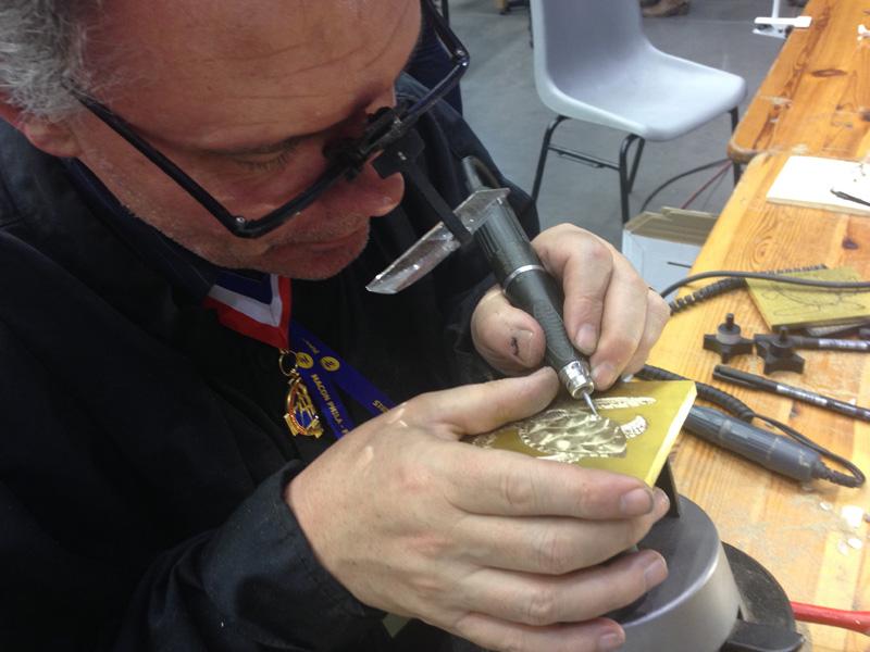 Jean-Luc Seigneur, MOF 2015 graveur de gaufrage et professeur de gravure à l'école Estienne.