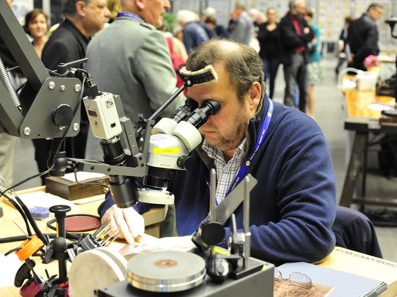 Guy Vigoureux, MOF 2007 graveur. Guy fait des démonstrations de gravure avec le matériel prêté par Pouget Pellerin.