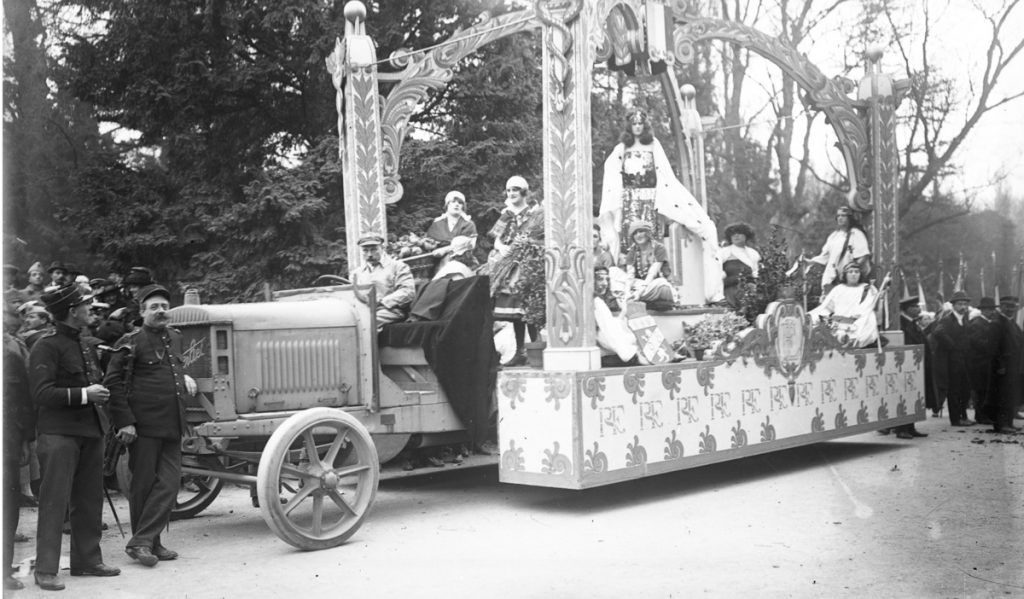 Défilé de la fête de l'armistice de 1918 ( ?) : char orné de drapeaux