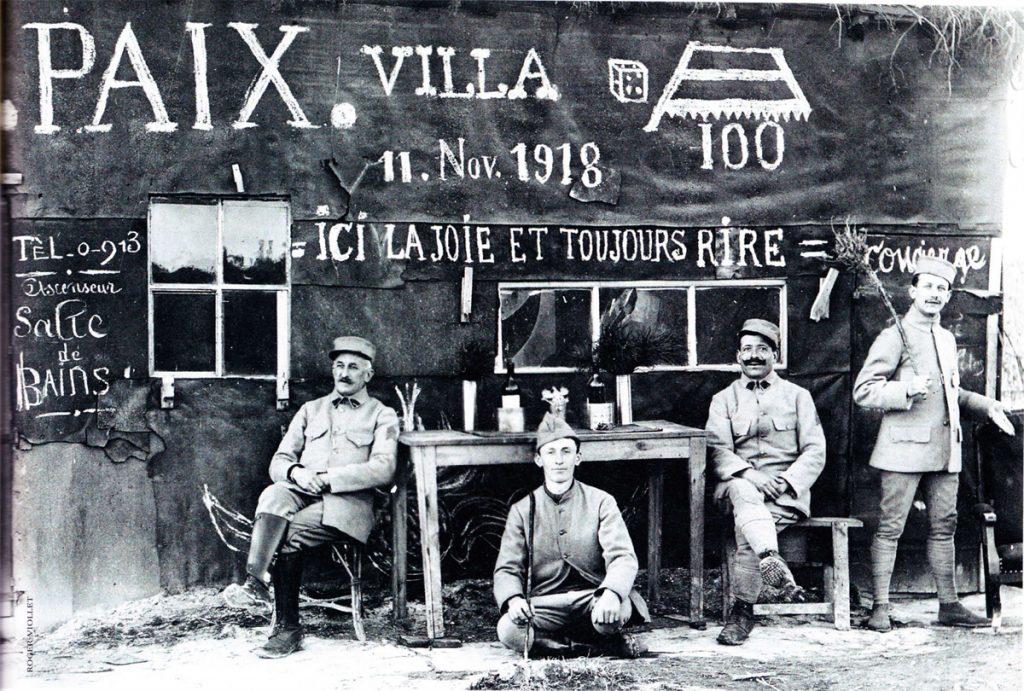 Soldats français sur le front lors de l'annonce de la fin des combats, 1918.