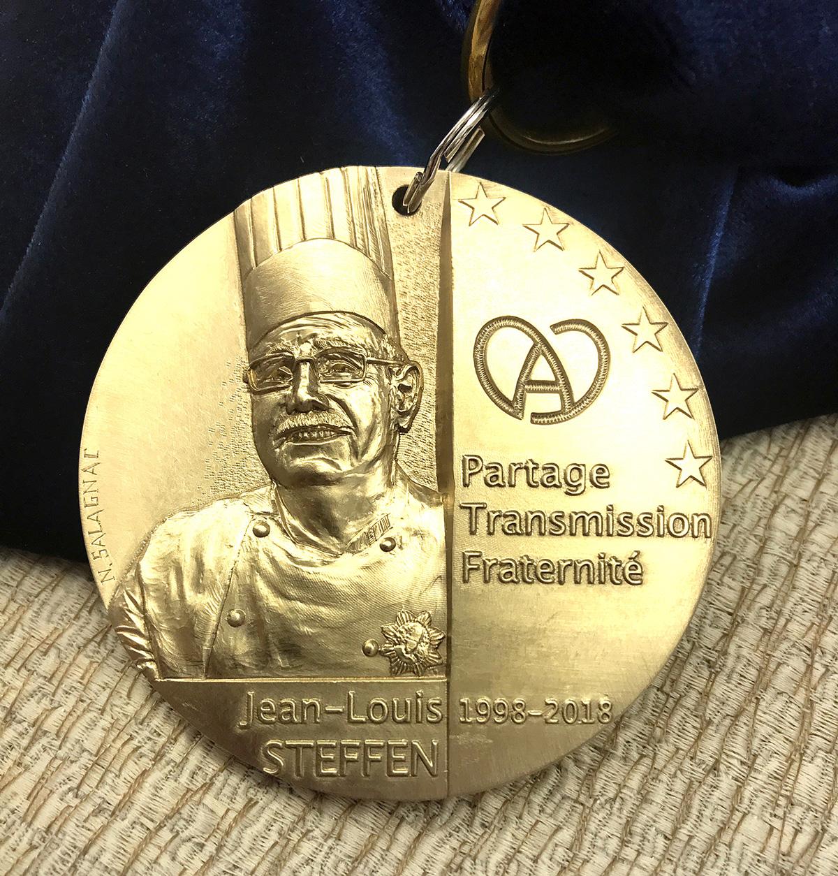 Création d'une médaille pour honorer le cuisinier Jean-Louis Steffen