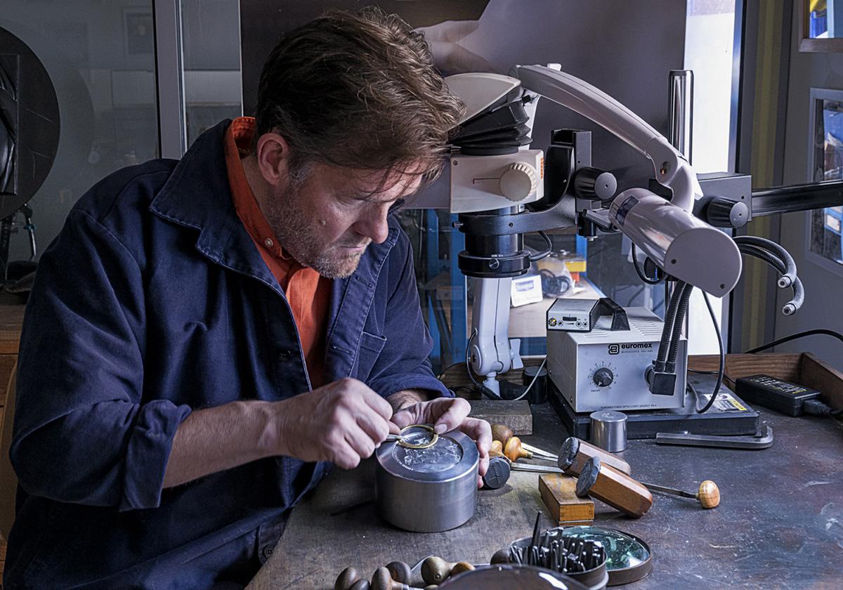 Création de la médaille d'honneur des Meilleurs Ouvriers de France – reportage photos Eric Doublet.