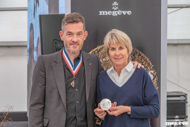 Catherine Jullien-Breche avec la médaille de Megève et Nicolas Salagnac. Crédit photo : Commune de Megève / Simon Garnier.