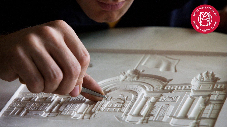 Nicolas Salagnac en train de sculpter son plâtre, ici à l'envers et en creux pour la médaille du Président de la République Française, siglé Homo Faber